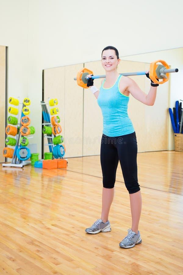 Sporty kobieta ćwiczy z barbell w gym zdjęcia royalty free