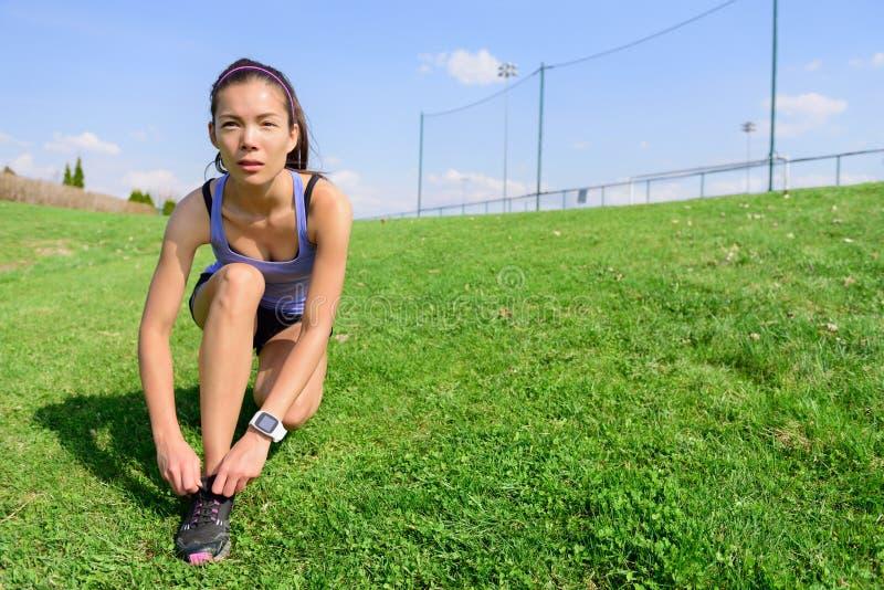 Sporty kobieta biegacza narządzanie dla biegać zdjęcie stock