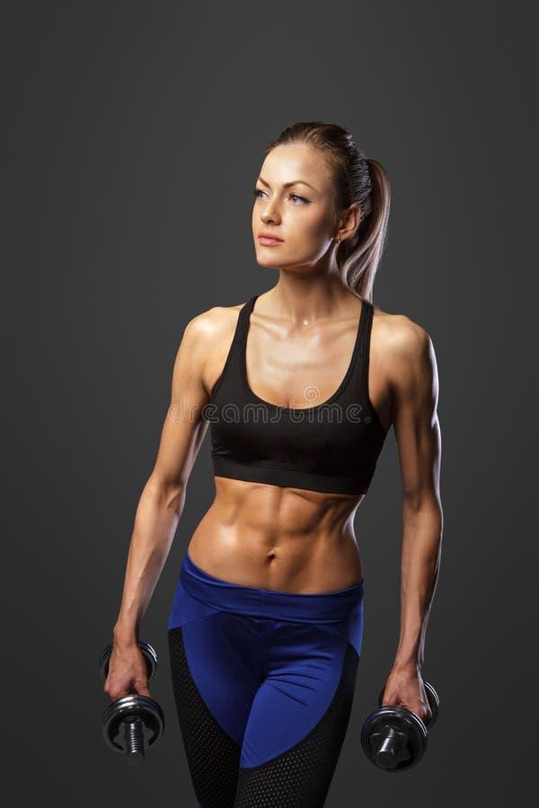 Sporty kobieta robi ćwiczeniom z dumbbells obraz stock