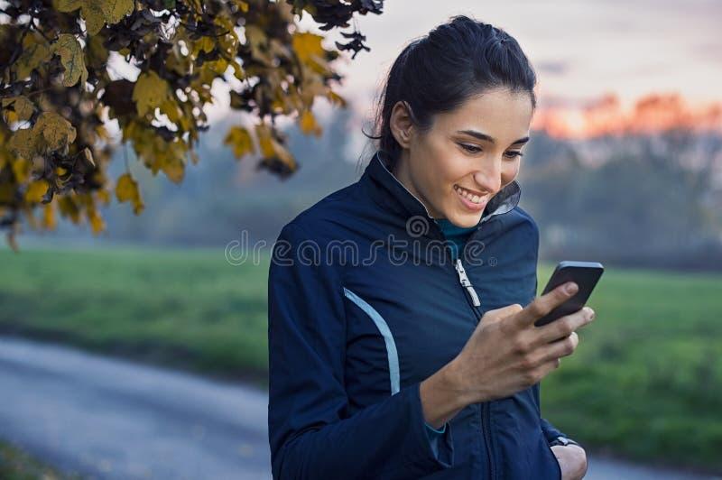 Sporty kobieta używa telefon zdjęcie stock