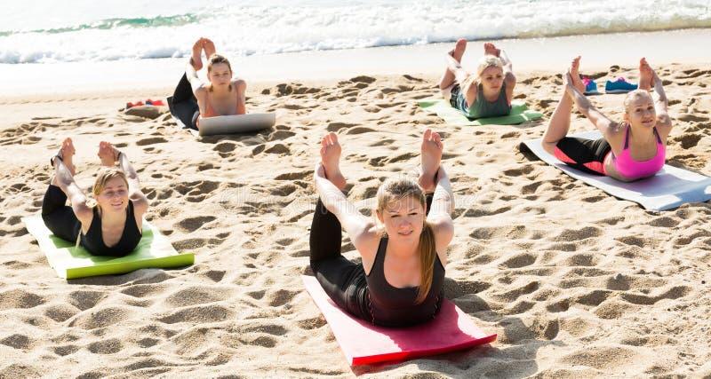 Sporty kobiety ćwiczy joga pozycje zdjęcie royalty free