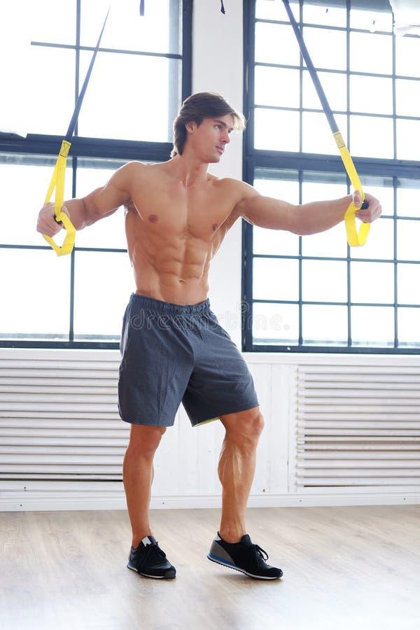 Sporty męski ćwiczyć z sprawności fizycznej trx patkami zdjęcia royalty free