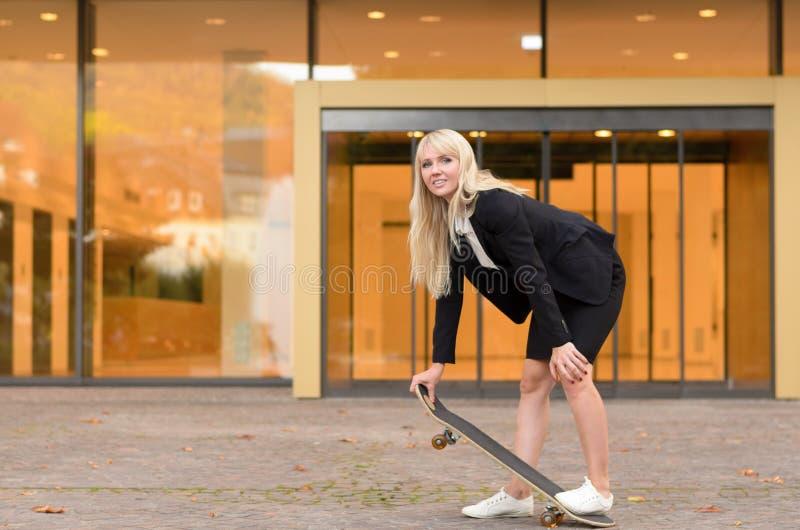 Sporty młoda blond kobieta z deskorolka obraz royalty free