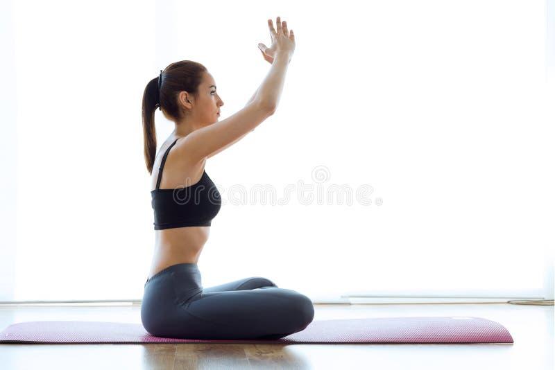 Sporty młoda kobieta robi hypopressive abs salowemu zdjęcie stock