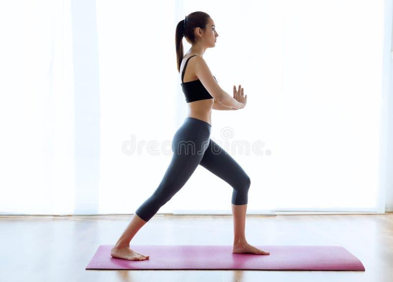 Sporty młoda kobieta robi hypopressive abs salowemu fotografia royalty free