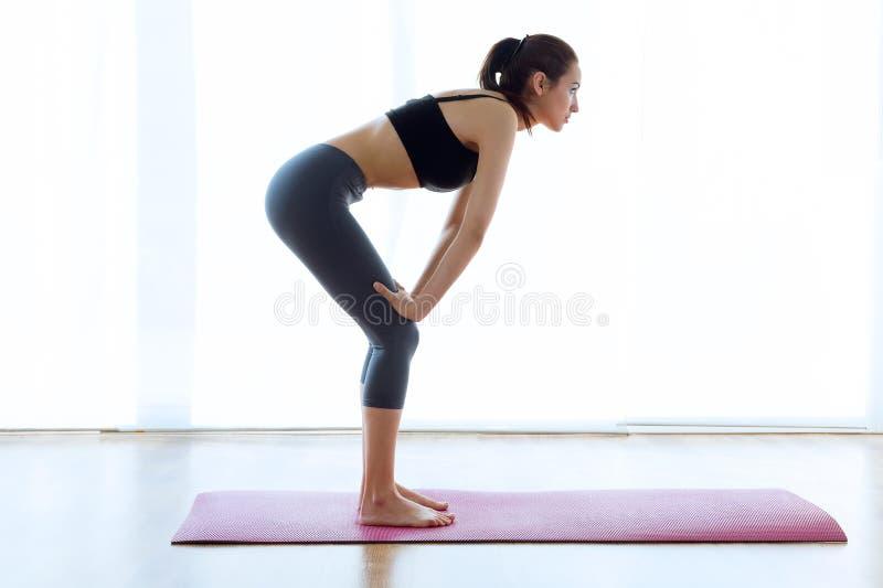 Sporty młoda kobieta robi hypopressive abs salowemu zdjęcie royalty free