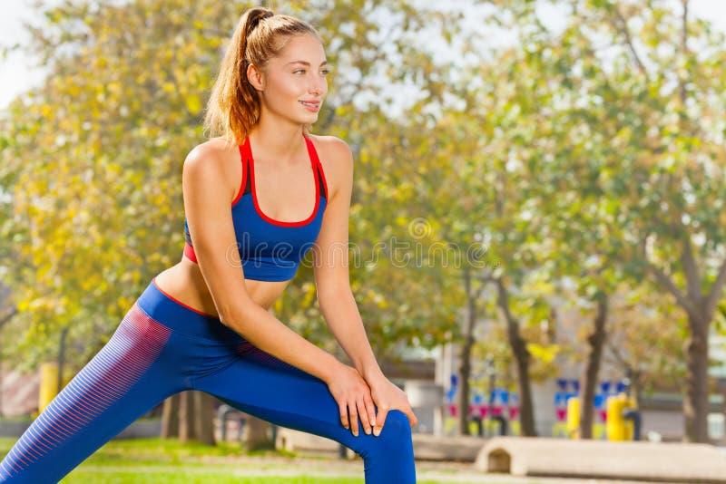 Sporty młoda kobieta rozgrzewkowa up podczas treningu fotografia royalty free