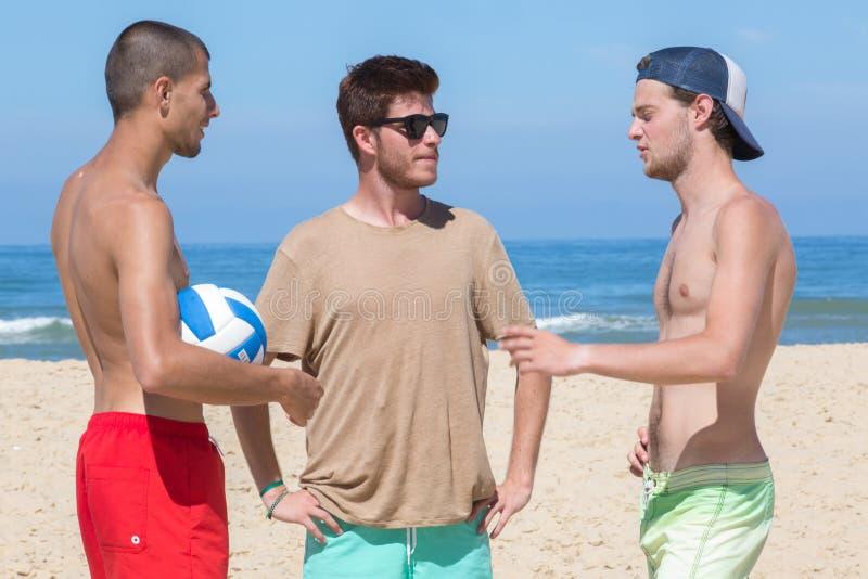 Sporty młodzi człowiecy w plaży obrazy royalty free