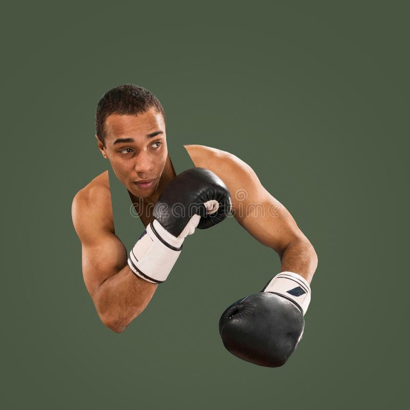 Sporty m??czyzna podczas boksu ?wiczenia Fotografia bokser na zielonym tle zdjęcia royalty free
