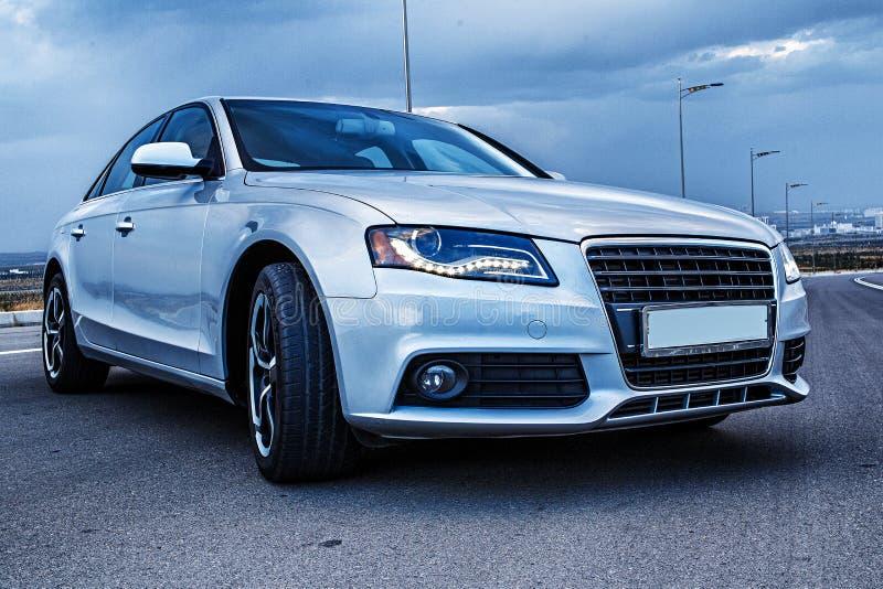 Sporty niemiec Audi sedan na wijącej halnej drodze obraz stock