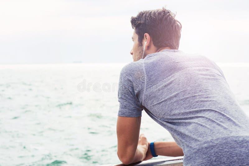 Sporty obsługują patrzeć morze outdoors zdjęcie stock