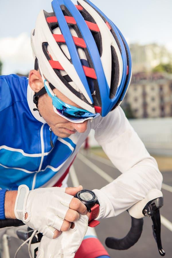Sporty obsługują używać jego zegarek app dla sprawności fizycznej tropić obrazy stock