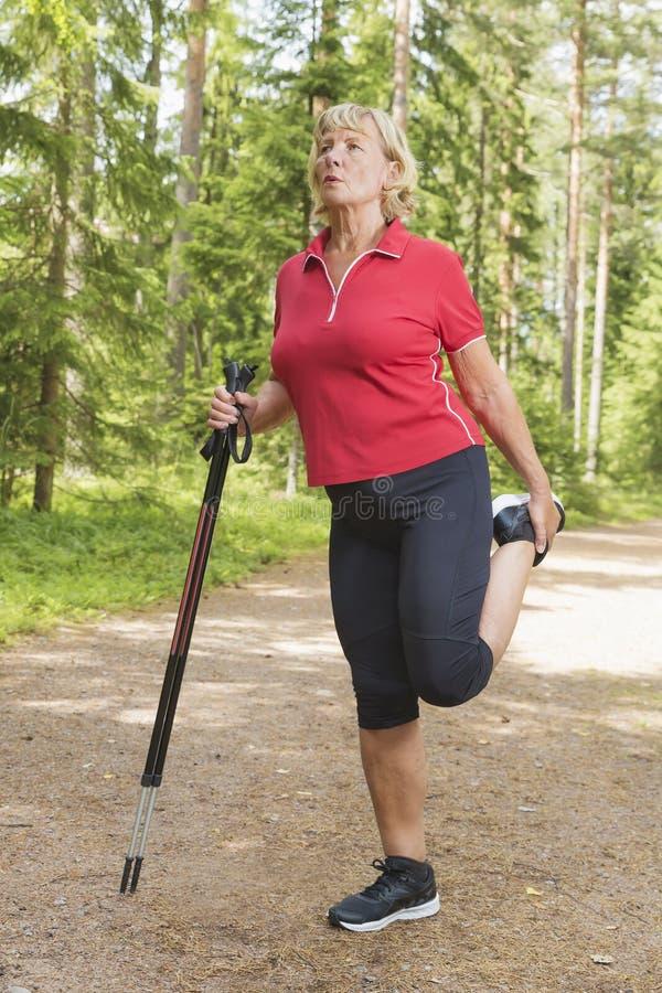 Sporty starej kobiety rozgrzewkowy up i rozciąganie zdjęcia royalty free