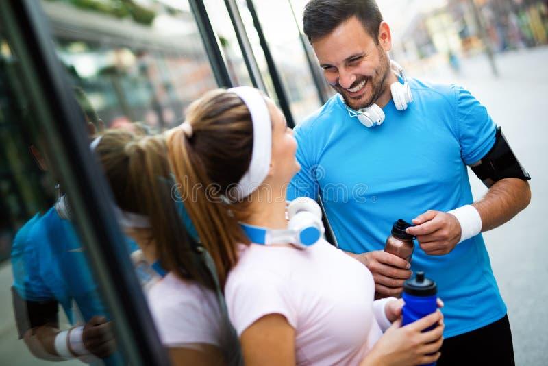 Sporty szczęśliwa para ćwiczy wpólnie poj?cie odizolowywaj?cy sporta biel obrazy royalty free