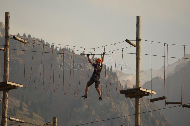 Sporty trenuje w górach obraz stock