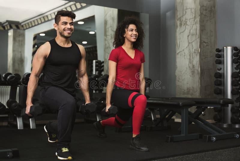 Sporty zaludniają opracowywać z dumbbells w gym fotografia stock