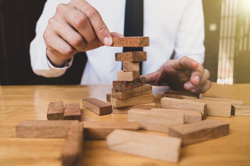 Sposób planuje dla biznesowego przyrosta z drewnianymi blokami zdjęcia royalty free
