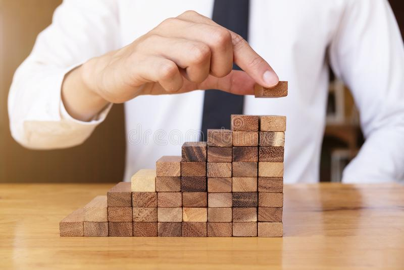 Sposób planuje dla biznesowego przyrosta z drewnianymi blokami zdjęcie royalty free