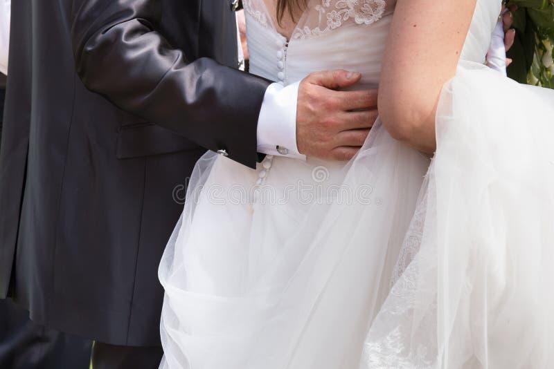 Sposa in abito con lo sposo immagini stock libere da diritti
