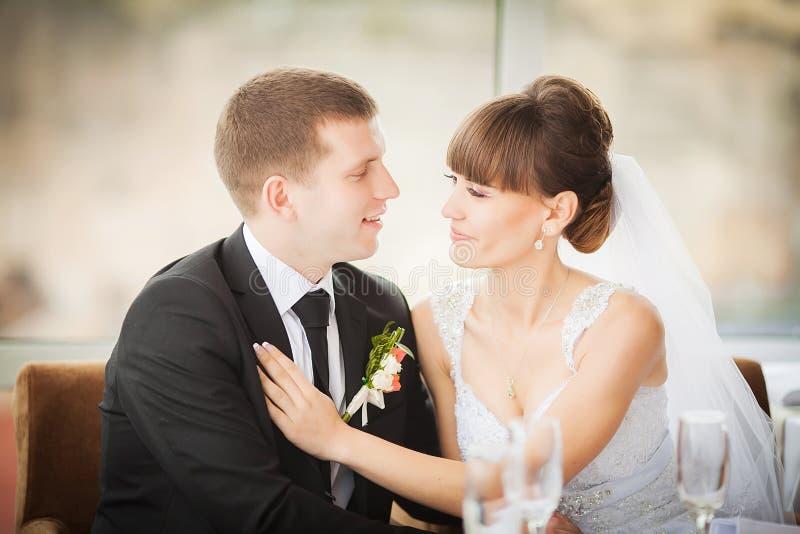 Sposa affascinante e sposo sulla loro celebrazione di nozze in un luxur immagini stock libere da diritti