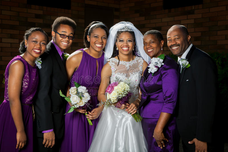 Sposa afroamericana con la sua famiglia immagini stock libere da diritti
