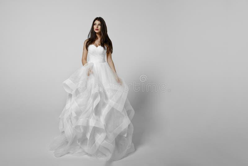 Sposa alla moda in vestito bianco, isolato su un fondo bianco, fucilazione nello studio Vista orizzontale fotografia stock libera da diritti