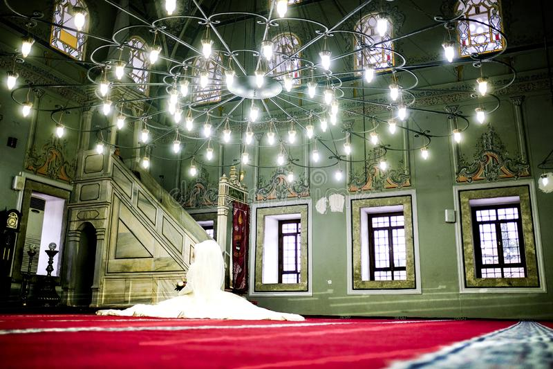 Sposa alla moschea che aspetta lo sposo fotografia stock libera da diritti