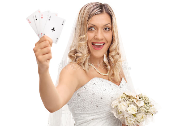 Sposa allegra che tiene quattro assi fotografia stock libera da diritti