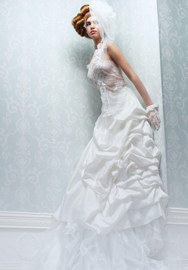 Sposa alta con il vestito da sposa bianco immagini stock