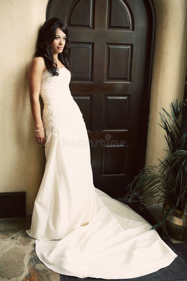 Sposa attraente che porta bello vestito fotografia stock