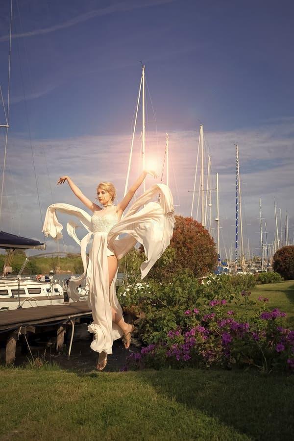 Sposa attraente in yacht club fotografie stock libere da diritti