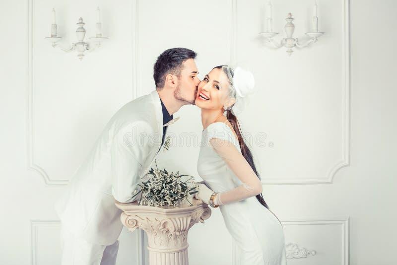 Sposa baciante allegra e sposo fotografia stock libera da diritti