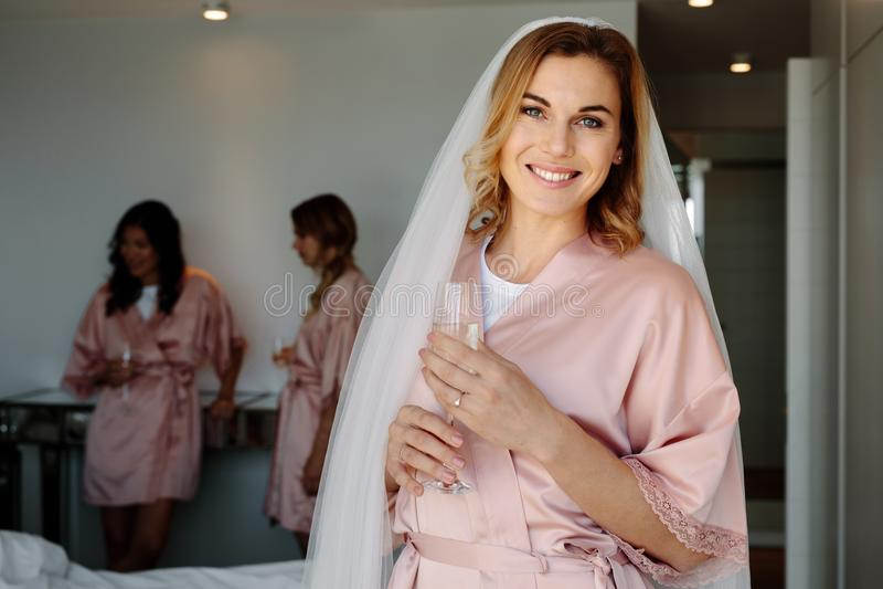 Sposa che celebra il suo addio al nubilato con gli amici a casa fotografia stock