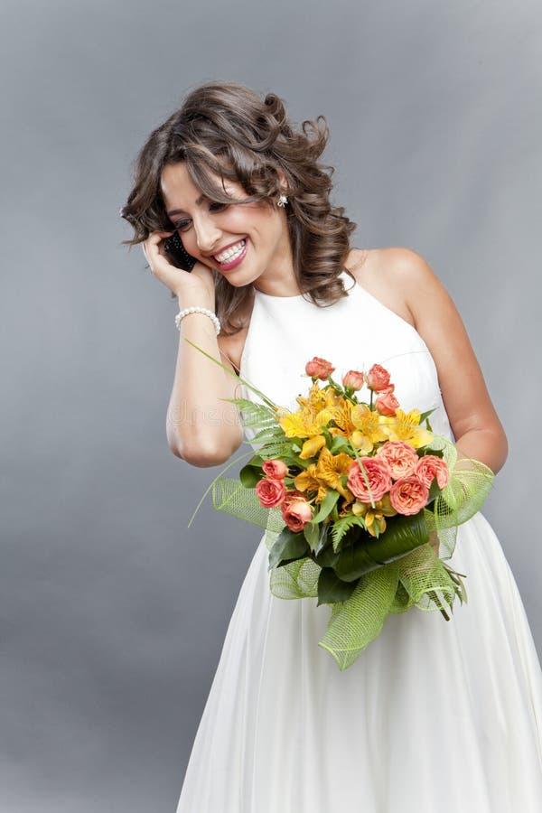 Sposa Che Comunica Sul Telefono Fotografie Stock