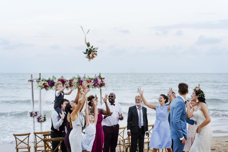 Sposa che getta il mazzo alle nozze immagine stock libera da diritti