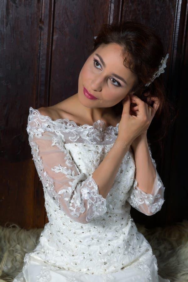 Sposa che mette sui gioielli immagine stock