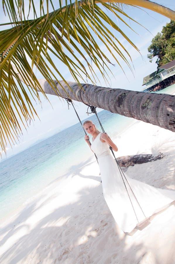 Sposa che oscilla sulla priorità bassa tropicale del lato di mare immagini stock