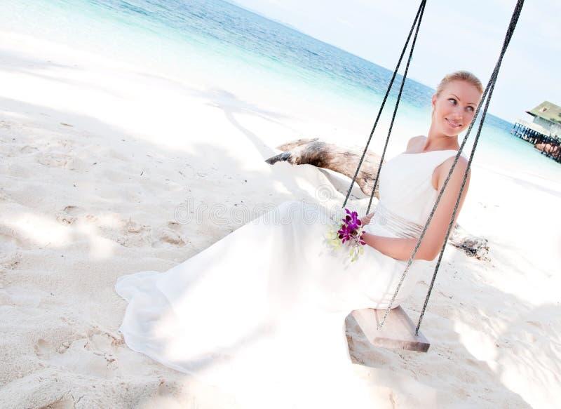 Sposa che oscilla sulla priorità bassa tropicale del lato di mare immagini stock libere da diritti