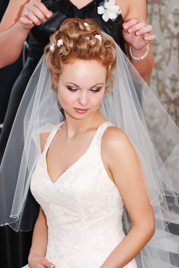 Sposa che ottiene pronta fotografia stock libera da diritti