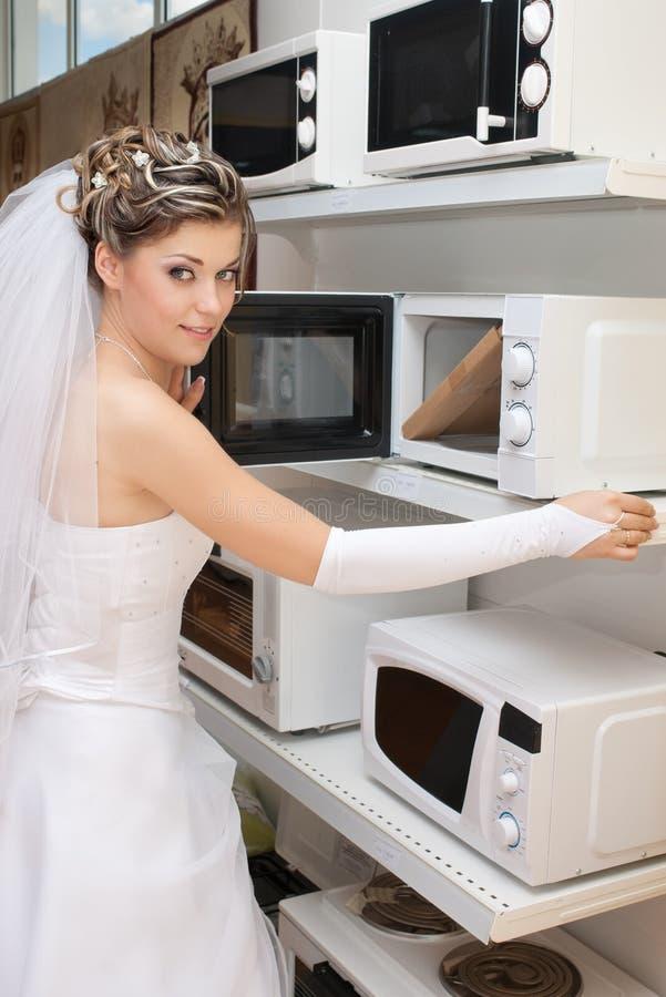 Sposa che sceglie il forno a microonde immagine stock
