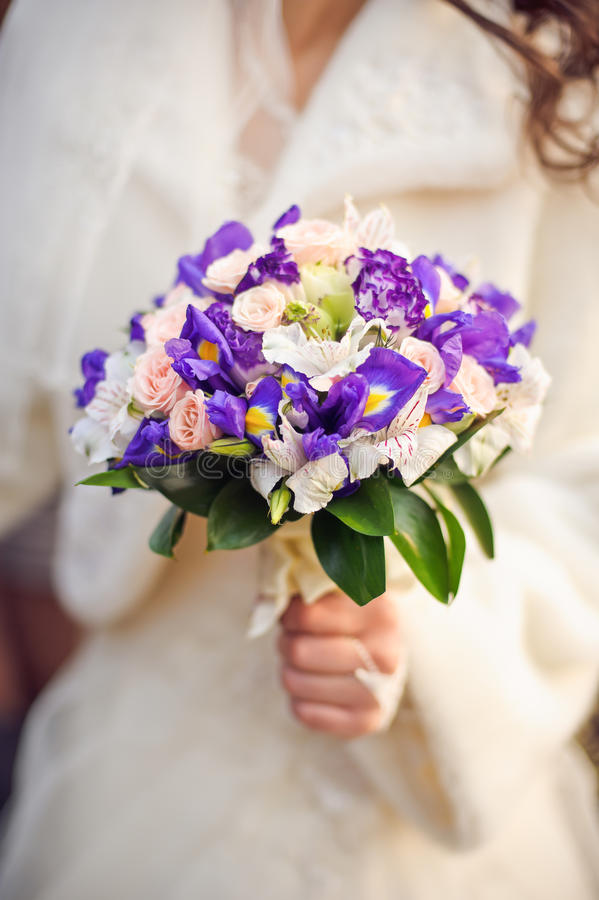 Sposa che tiene il mazzo bianco e porpora di nozze immagine stock libera da diritti
