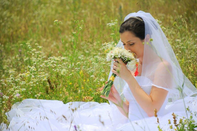 Sposa che vive la magia del suo giorno delle nozze fotografia stock libera da diritti