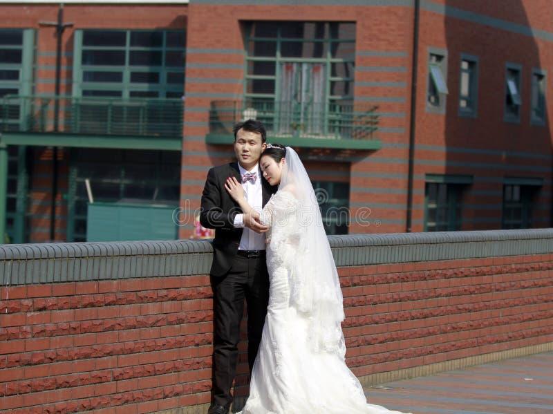 Sposa cinese e sposo, coppia di nozze, sposa della ragazza in vestito da sposa con una bella corona imperiale fotografia stock