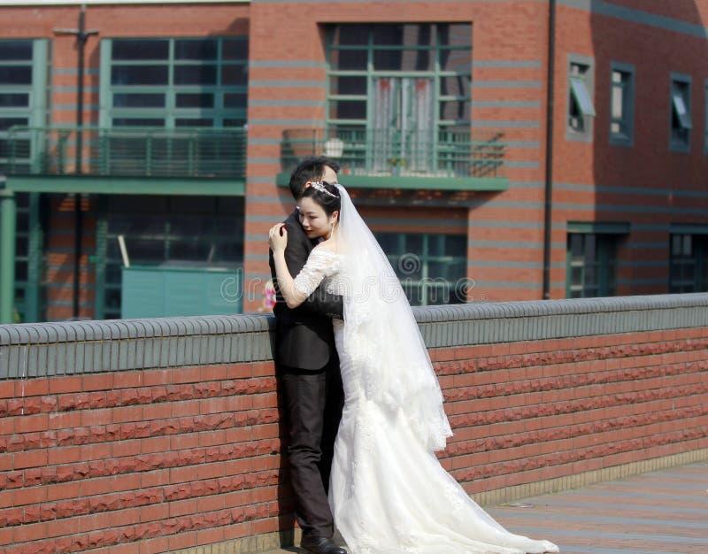 Sposa cinese e sposo, coppia di nozze, sposa della ragazza in vestito da sposa con una bella corona imperiale immagini stock libere da diritti