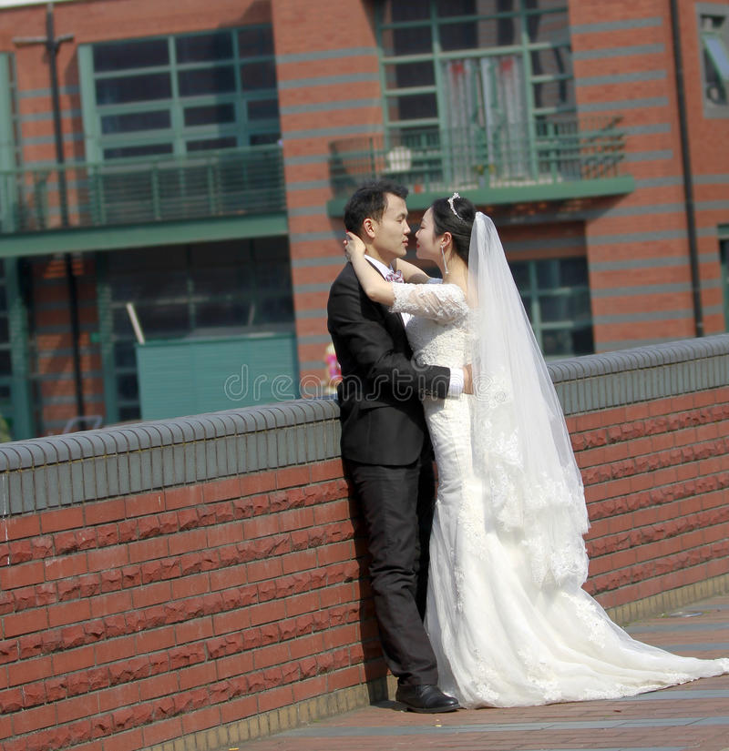 Sposa cinese e sposo, coppia di nozze, sposa della ragazza in vestito da sposa con una bella corona imperiale immagine stock libera da diritti