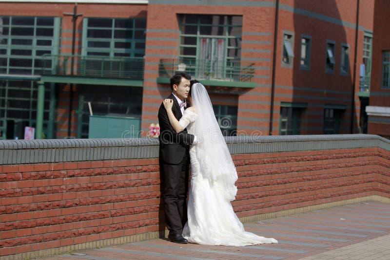 Sposa cinese e sposo, coppia di nozze, sposa della ragazza in vestito da sposa con una bella corona imperiale fotografia stock libera da diritti
