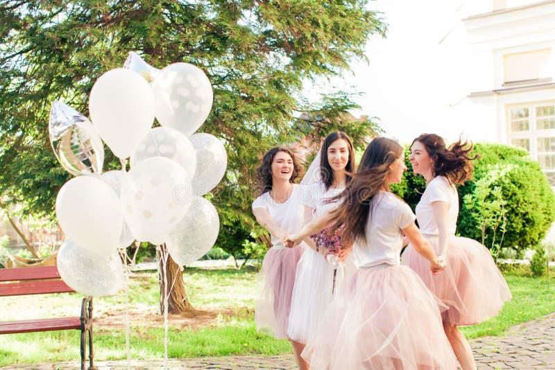 Sposa con gli amici nel parco di estate immagini stock
