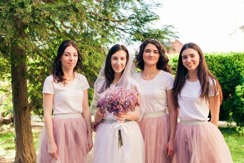 Sposa con gli amici nel parco di estate immagine stock libera da diritti