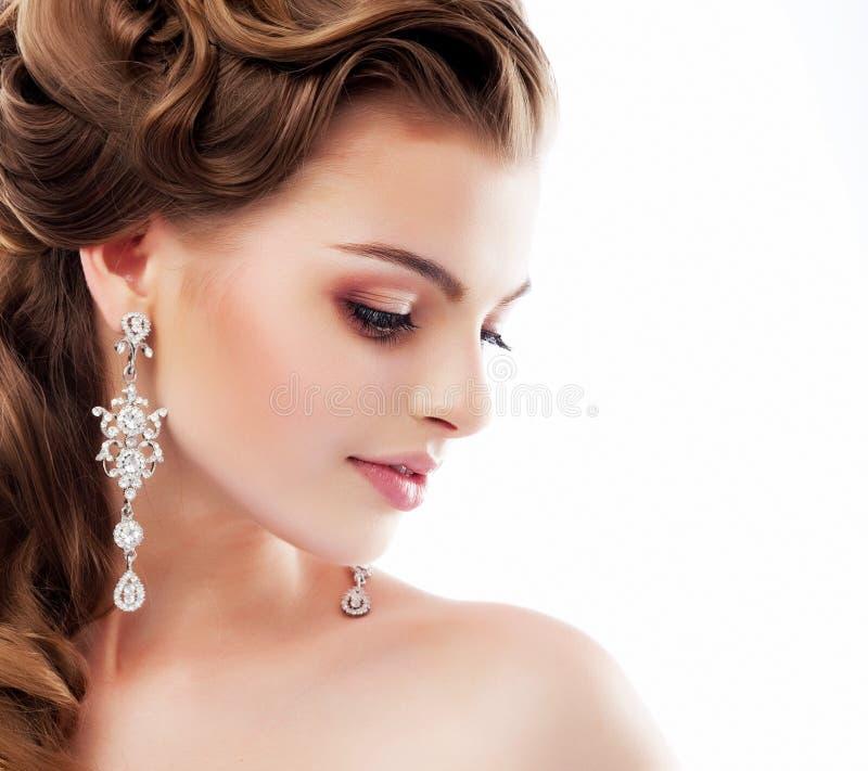 Bellezza pura. Profilo aristocratico di signora sorridente con gli orecchini lucidi del diamante. Femminilità & sofisticazione fotografia stock