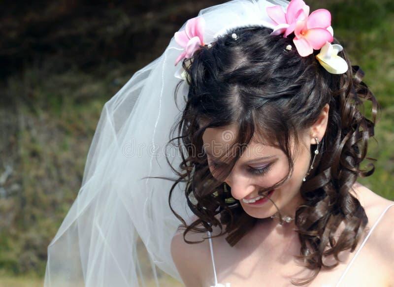 Sposa con i Frangipanis in capelli immagine stock libera da diritti